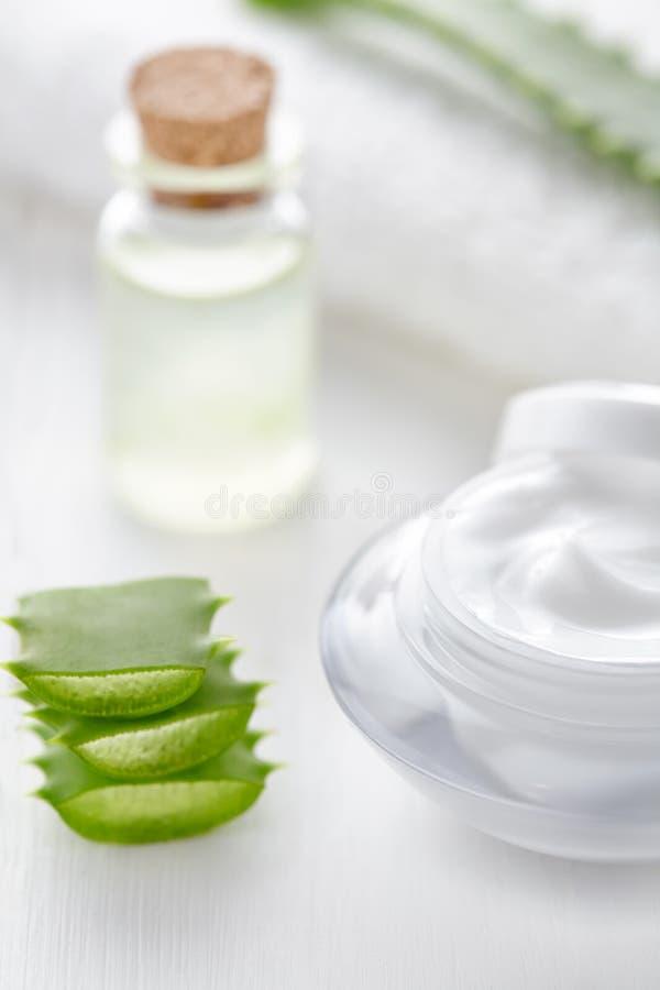 Aloesu Vera kosmetyczna śmietanka w produktu zbiorniku z szklaną butelką fotografia stock
