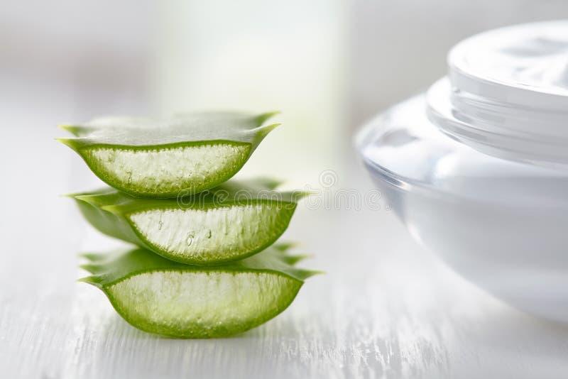 Aloesu Vera ziołowych plasterków zdrowy naturalny kosmetyczny produkt z śmietanką fotografia stock
