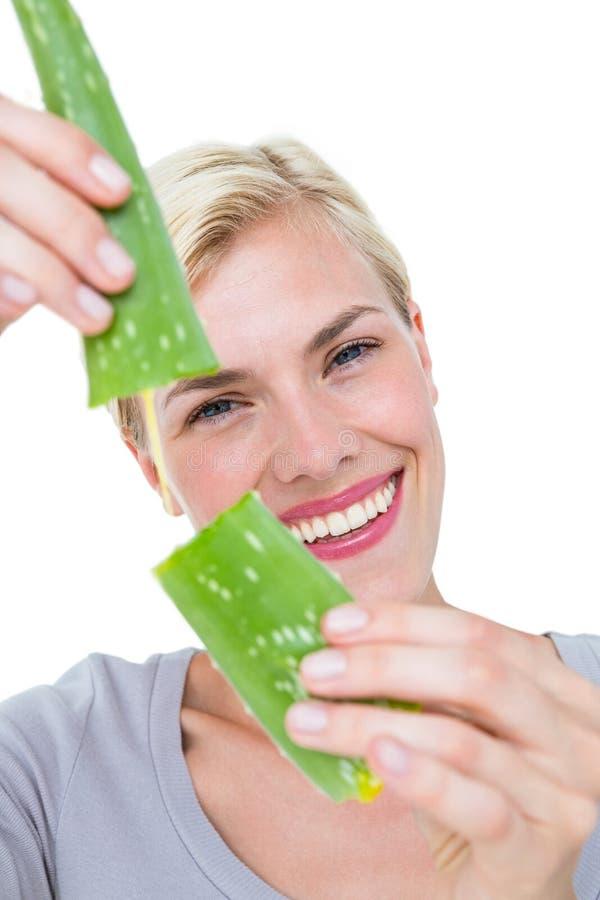 Aloevera för attraktiv kvinna låsande fast blad arkivfoton