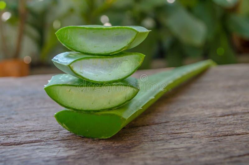 Aloevera-Gel ist eine Schicht Aloe Vera auf einem Holztisch lizenzfreies stockbild