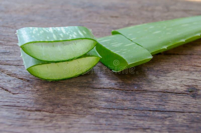 Aloevera-Gel ist eine Schicht Aloe Vera auf einem Holztisch lizenzfreies stockfoto
