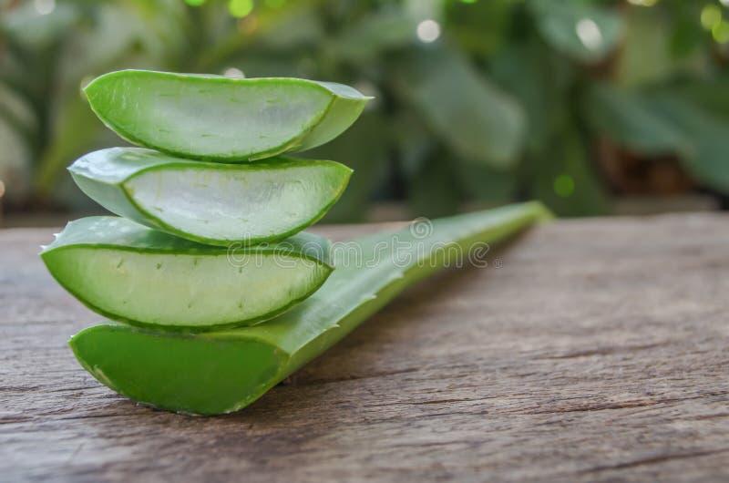 Aloevera-Gel ist eine Schicht Aloe Vera auf einem Holztisch lizenzfreie stockfotos
