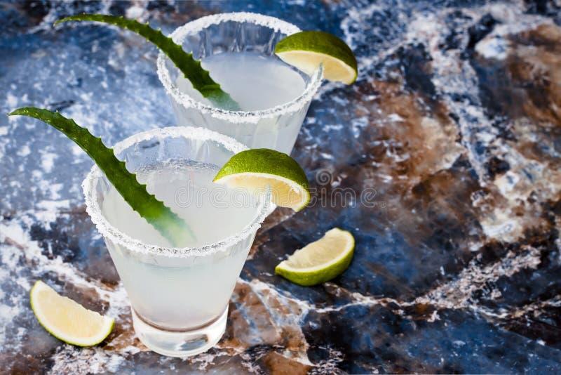 Aloevera-Margaritacocktail mit salziger Kante auf Marmortabelle stockfoto
