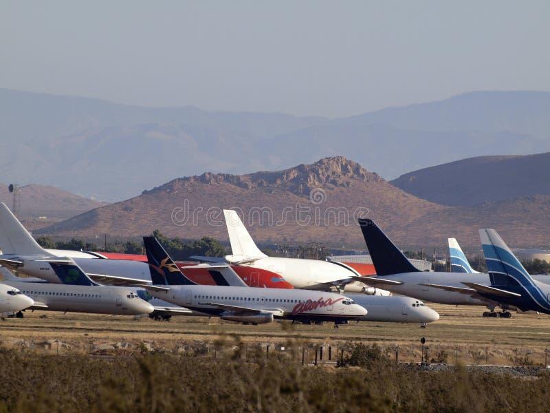 Aloha et d'autres avions commerciaux d'avions de ligne garés dans le désert photographie stock