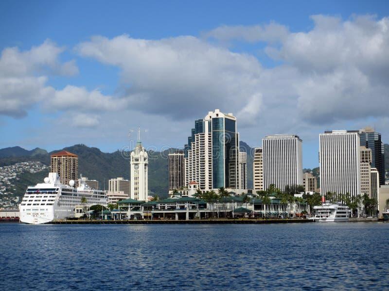 Aloha Tower, bateaux, marché, port et Honolulu du centre image stock