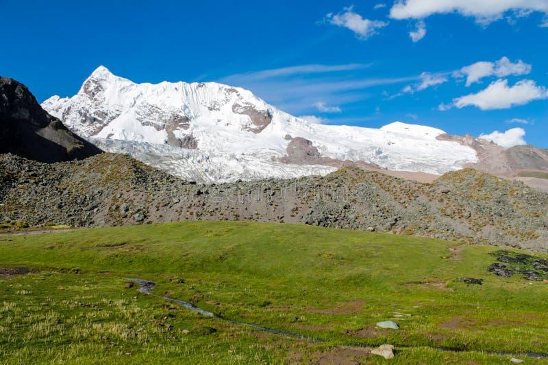 Alojamento da montanha de Ausangate no Peru no circuito de Ausangate que trekking foto de stock royalty free