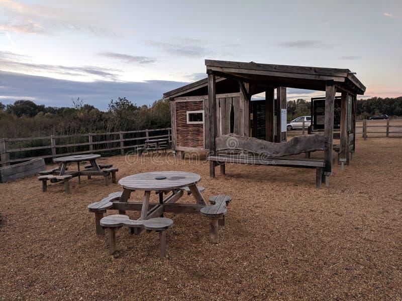 Alojamento da reserva natural de Drayton RSPB do brejo com assento do piquenique fotografia de stock