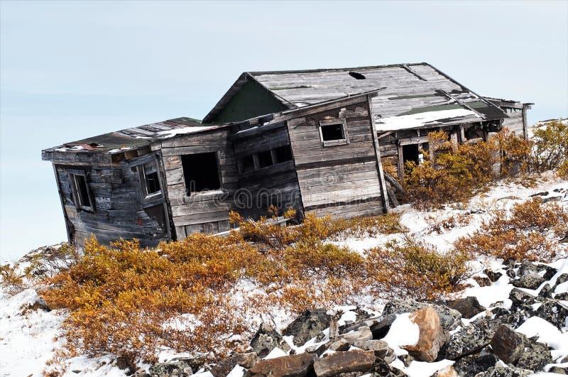 Alojamento de caça velho de deterioração próximo ao Keno, Yukon imagens de stock