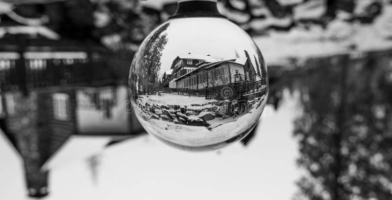 Alojamento de McDonald do lago de Front Through um Lensball imagens de stock