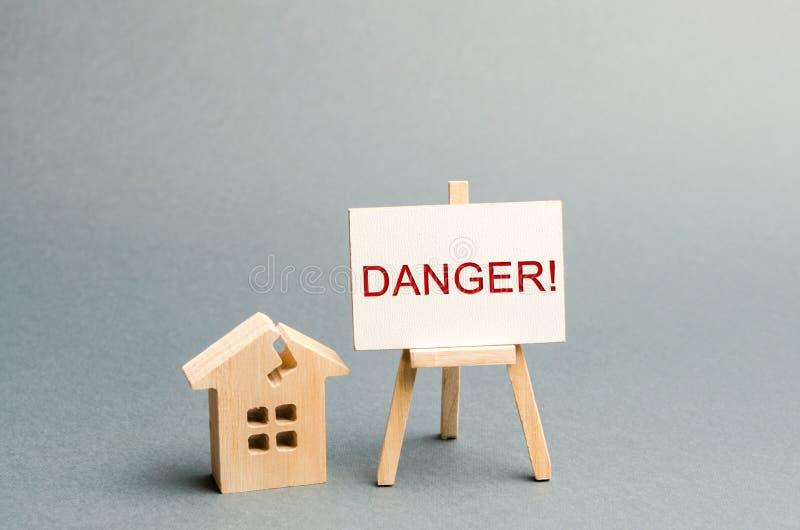 Alojamento gasto Perigo da inscri??o O conceito de uma casa da emergência Casa velha de que a evacuação dos residentes é exigida foto de stock royalty free