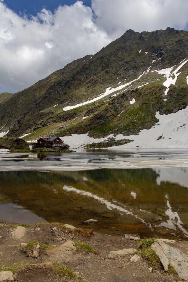Alojamento nas costas do lago Balea imagens de stock royalty free