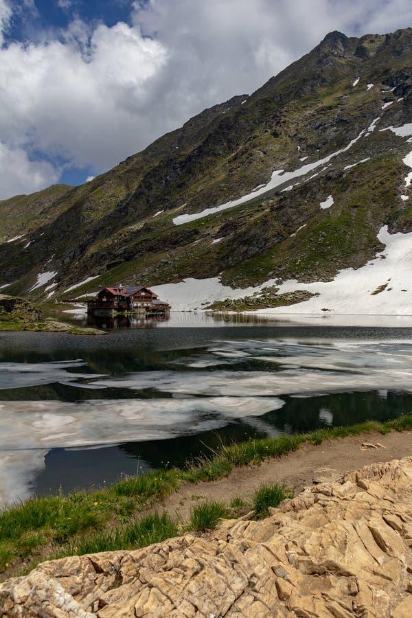 Alojamento nas costas do lago Balea imagem de stock