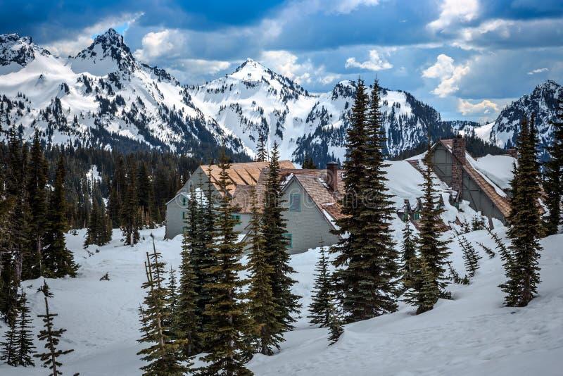 Alojamento nevado de Burined Parque nacional mais chuvoso do Mt fotografia de stock