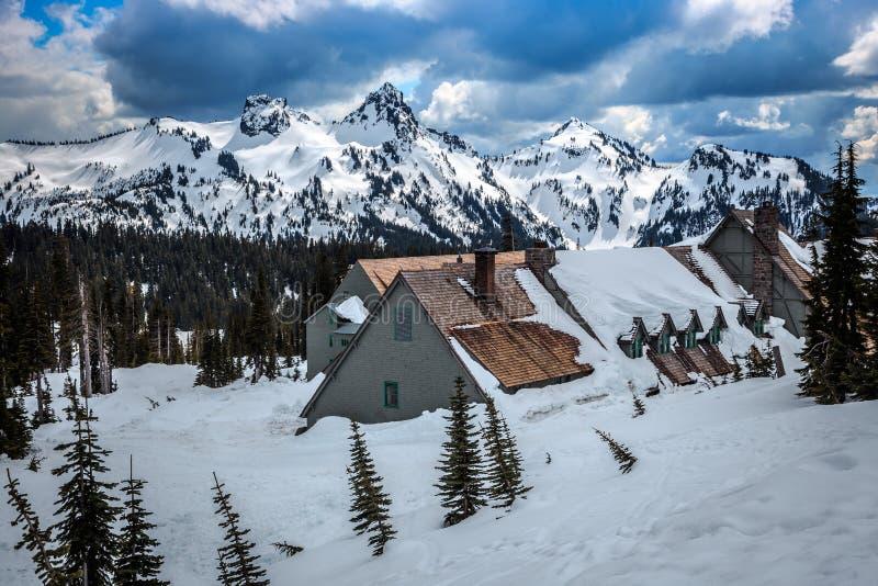 Alojamento nevado de Burined Parque nacional mais chuvoso do Mt imagens de stock