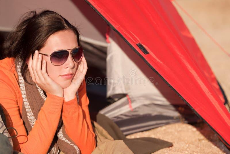 alone campa lycklig liggande tentkvinna royaltyfria bilder