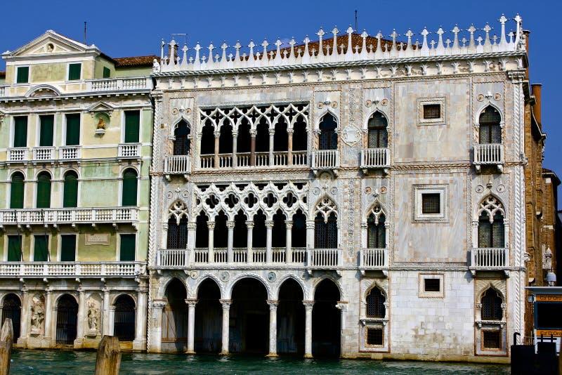 Along Venedig för Ca-d'Oroslott storslagen kanal royaltyfria bilder
