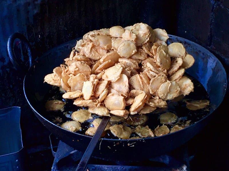 Aloo Bhajji Pakora (buñuelo) de la patata - alimentos de preparación rápida locales de Bombay imagenes de archivo