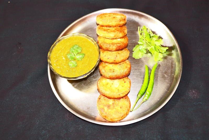 Aloo Tikki或油煎的土豆小馅饼 免版税库存图片