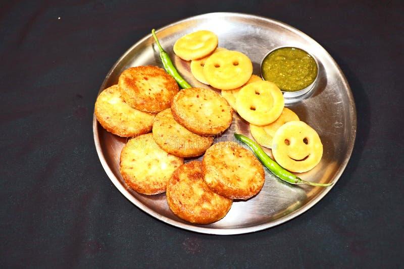 Aloo Tikki或油煎的土豆小馅饼 库存照片