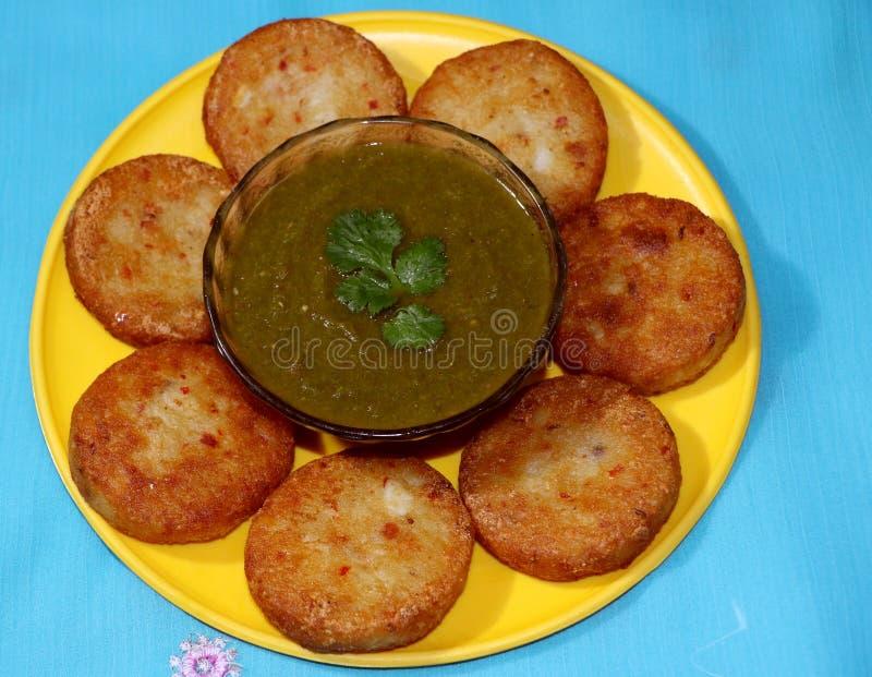 Aloo Tikki或油煎的土豆小馅饼 免版税库存照片