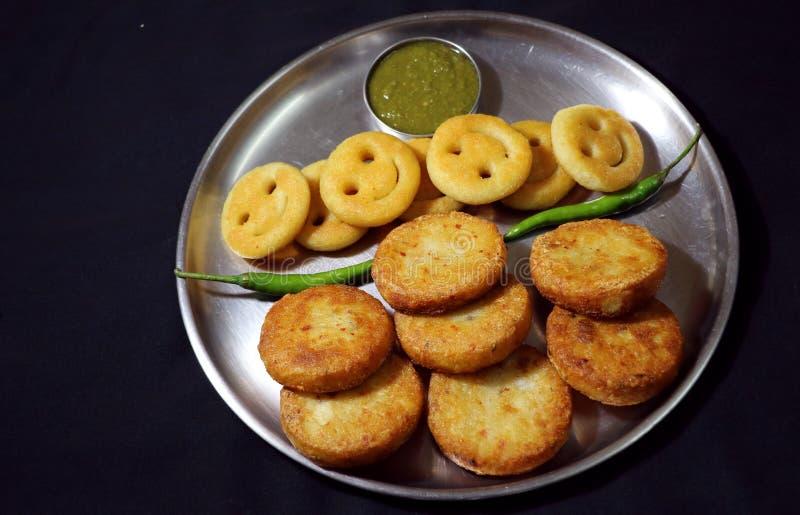 Aloo Tikki或油煎的土豆小馅饼 库存图片