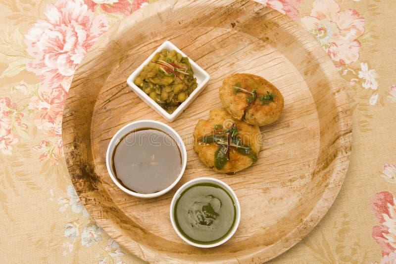 Aloo Tikki ou Fried Potato Balls ou Chaat images libres de droits