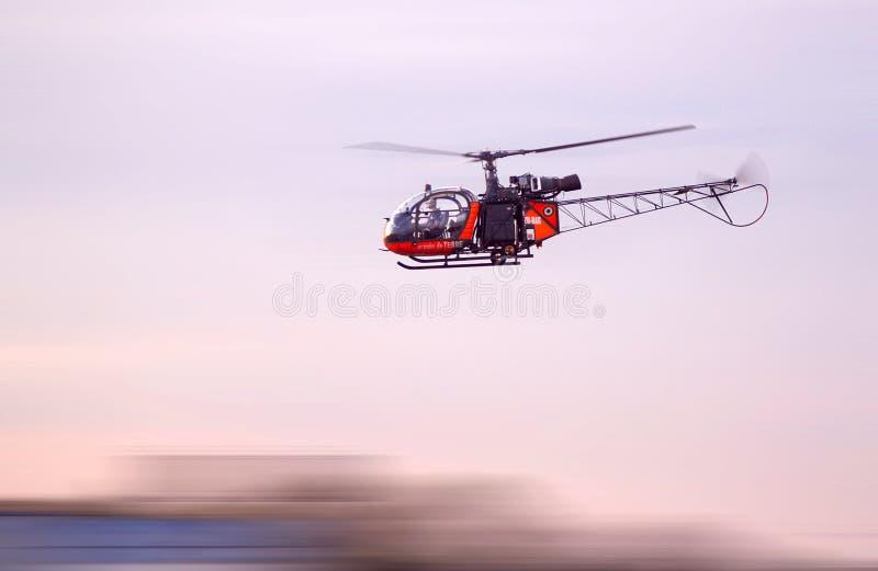 Alouettehelikopter die laag vliegen stock afbeeldingen