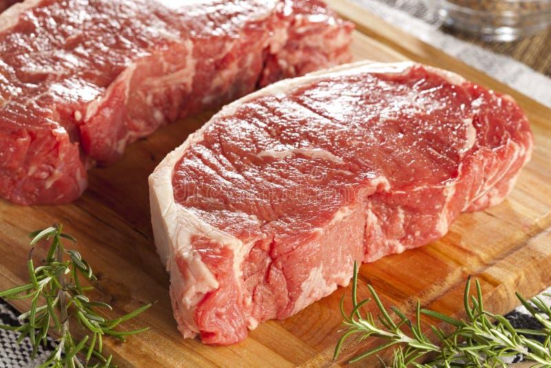 Aloyau cru rouge organique de bifteck image libre de droits