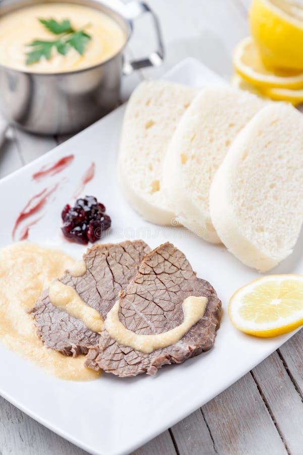 Aloyau tchèque et slovaque traditionnel avec de la sauce crème et des boulettes photographie stock