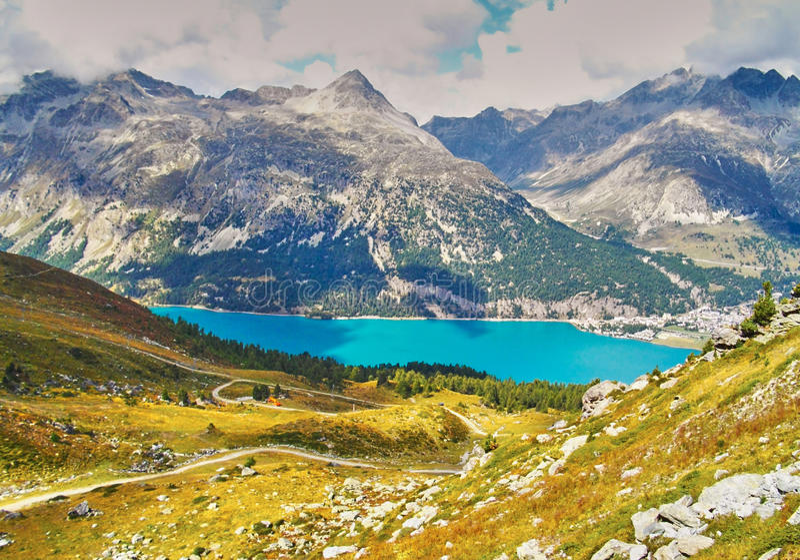 Alp Surlej, berg och härlig sjö på StMoritz, Schweiz arkivfoto