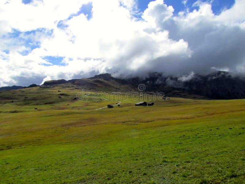 Alpe di Siusi Fjälläng panoramautsikt Sciliar royaltyfri foto