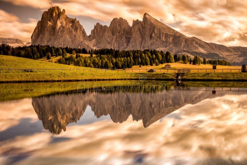 Alpe di Siusi - Seiser Alm avec le groupe de montagne de Sassolungo - de Langkofel et de Sassopiatto à l'arrière-plan au coucher  photo libre de droits