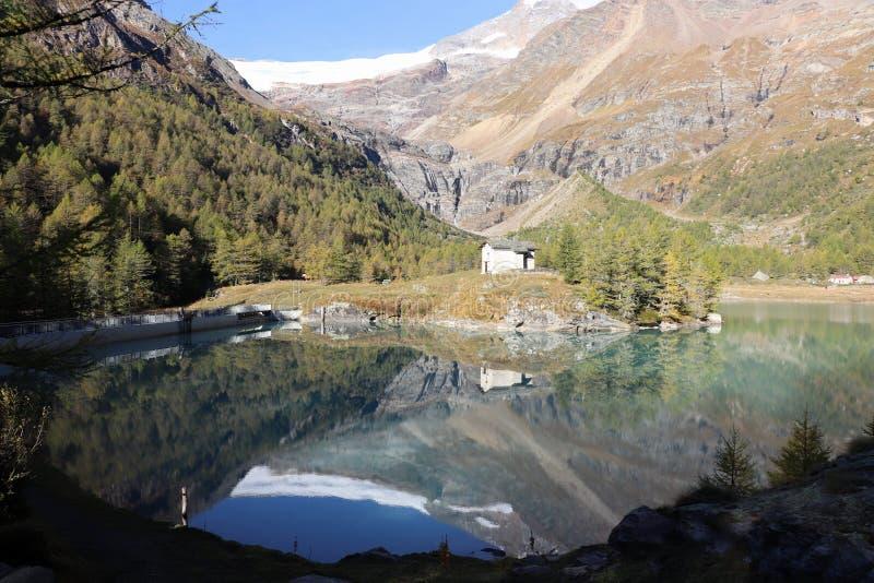 Alpe grà ¼ m Reflexion lizenzfreie stockfotografie