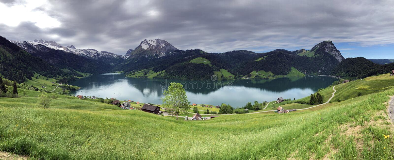 Alpejscy paśniki i obszary trawiaści w dolinie wysokogórskim Jeziornym Wagitalersee Waegitalersee i Wagital lub Waegital, Innerth obrazy stock