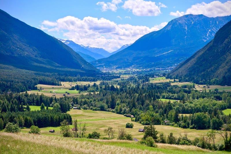 Alpejscy szczyty i dolina pod błękitnym chmurnym niebem w Nassereith, Tirol zdjęcie stock