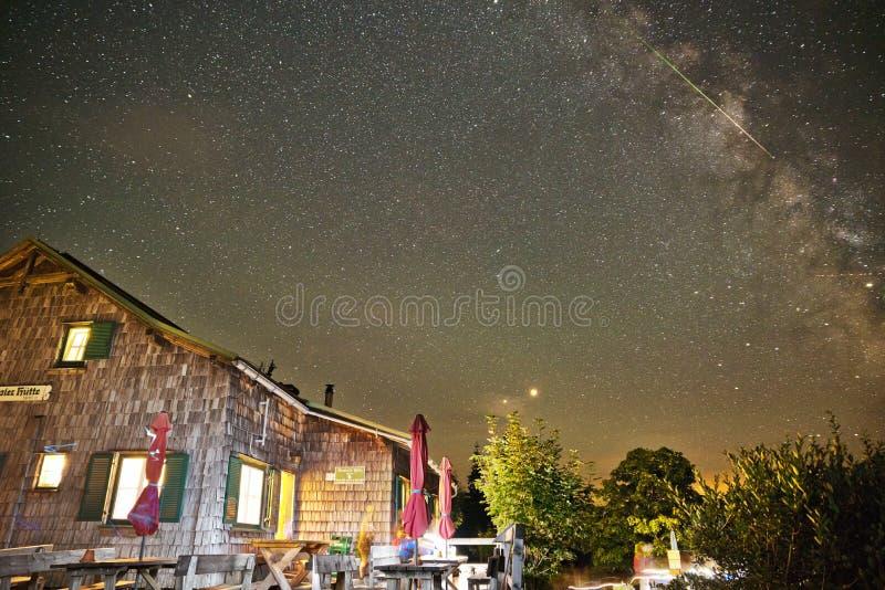Alpejska buda pod gwiaździstym niebem zdjęcie stock