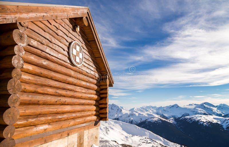 Alpejska pierwszej pomocy buda z widokiem gór zdjęcie royalty free