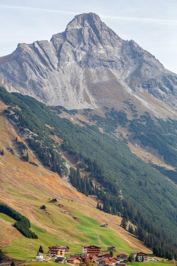 Alpejska wioska Lechleiten Widok Biberkopf góra obraz royalty free