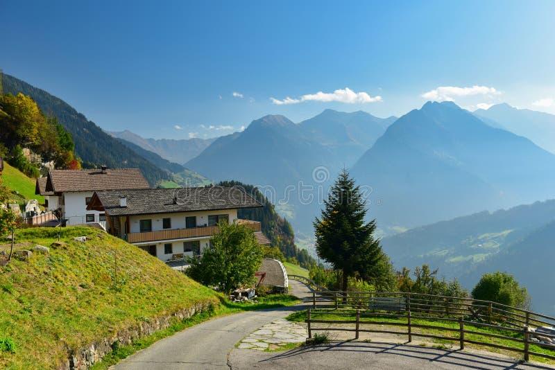 Alpejska wioska Stulles w Alps Południowy Tyrol, Włochy fotografia royalty free