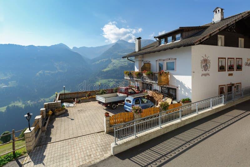 Alpejska wioska Stulles w prowincji Bolzano na pogodnym jesień dniu Zarząd miasta muczenia w Passeier, Południowy Tyrol, Włochy fotografia stock