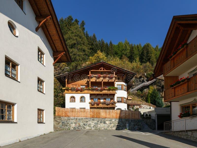 Alpejska wioska Stulles w prowincji Bolzano Zarz?d miasta muczenia w Passeier, Po?udniowy Tyrol, W?ochy obrazy stock