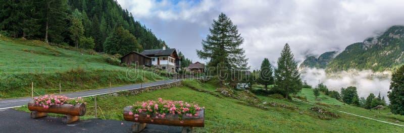 Alpejska wioska w chmurach zdjęcia royalty free