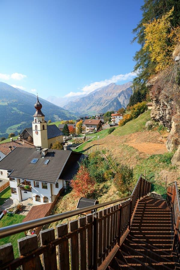 Alpejska wioska w spadku Stulles, Południowy Tyrol, Włochy obraz stock