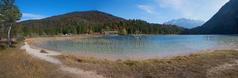 Alpejski jeziorny ferchensee blisko mittenwald w jesieni obraz royalty free