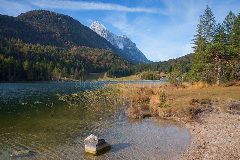 Alpejski jeziorny lautersee blisko mittenwald w jesieni fotografia royalty free