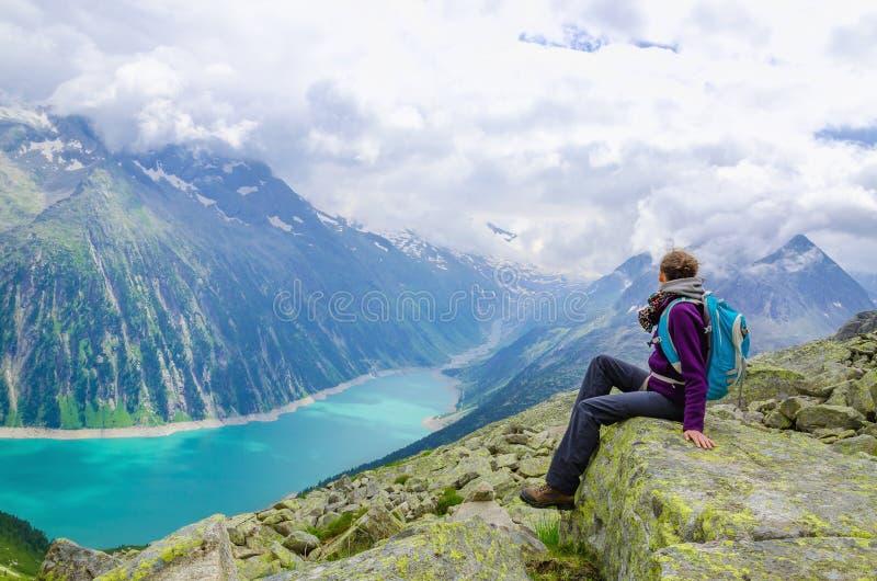 Alpejski krajobraz, młoda kobieta i jezioro, Austria zdjęcie royalty free