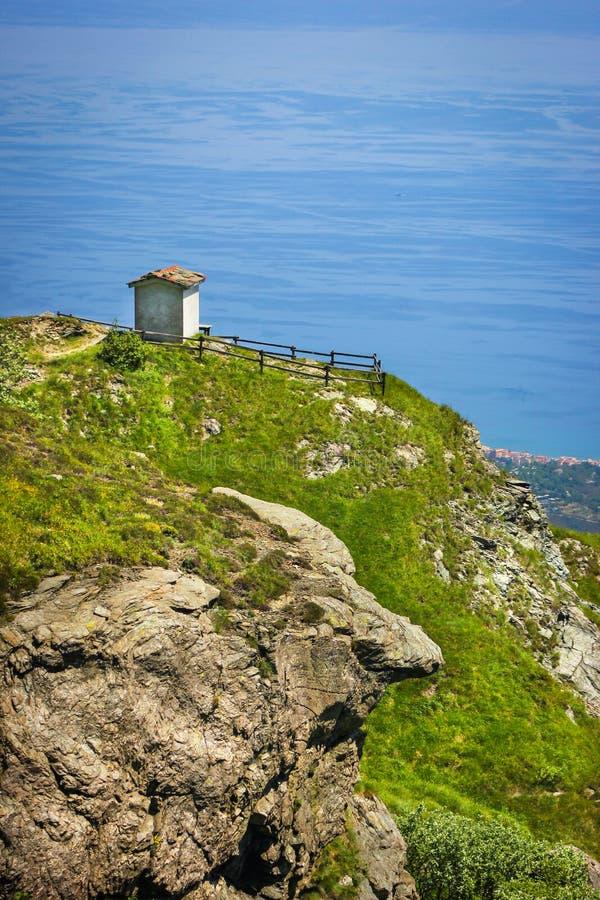 Alpejski krajobraz z małych żołnierzy pomnikowym obszyciem morze śródziemnomorskie w Beigua obywatelu Geopark zdjęcia stock