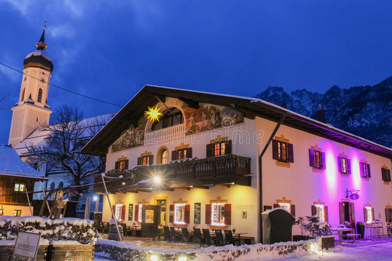 Alpejski miasteczko przy półmrokiem Garmisch-Partenkirchen Niemcy zdjęcie royalty free