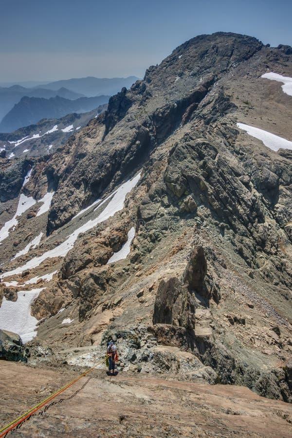 Alpejski Rockclimber Rappels w Kaskadowych górach obrazy stock
