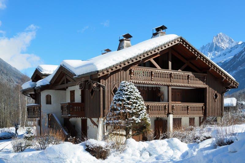 Alpejski szalet w zim górach zdjęcie royalty free